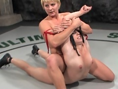 Vendetta's legs crush her smaller opponent in real F/F wrestling